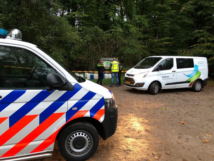 Dit keer is de politie wel ter plaatse om onderzoek te verrichten naar de gedumpte vaten.