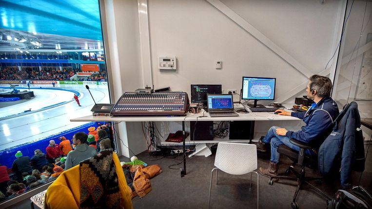 IJsmeester Beert Boomsma zit achter de computer om alles m.b.t. het ijs te regelen. Beeld Klaas Jan van der Weij / de Volkskrant