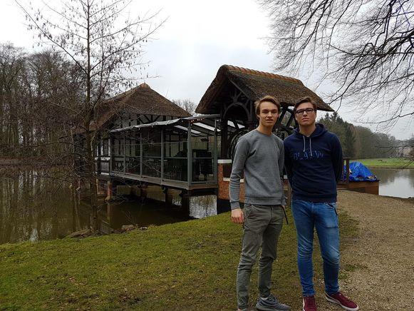 Sam en Tom Peeters voor hun Badhuisje.