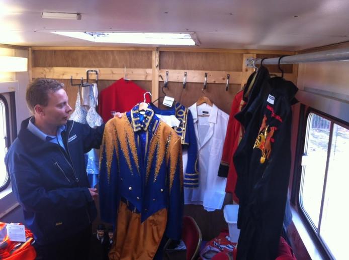 Veilingmeester Martijn van Schie toont enkele kostuums uit de invenatris. Dit pak van de spreekstalmeester moet minstens 50 euro opbrengen.