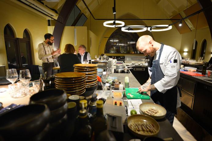 Middenin De Kapel, gevestigd in de voormalige kapel op de eerste verdieping van restaurant Het Seminar, een keuken als een kooktheater