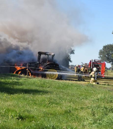 Tractor in vlammen op in Vriezenveen; rookpluim tot ver te zien