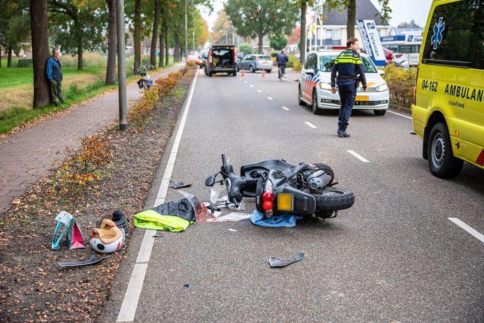 De brommer raakte zwaar beschadigd bij de botsing op de Burgemeester Backxlaan in Nieuwleusen. Een van de twee opzittenden moest naar het ziekenhuis.