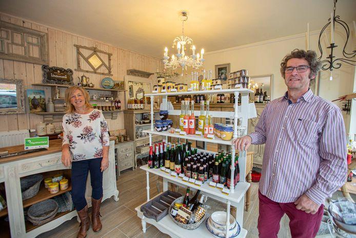 Regine Van Den Bossche en Firmin De Valck in hun winkeltje in de Korte Kamstraat.