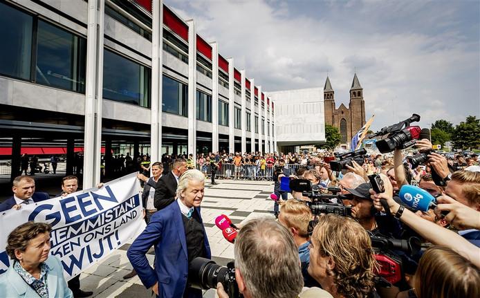 PVV-leider Geert Wilders, de Gelderse PVV-fractievoorzitter en Eerste Kamerlid Marjolein Faber en enkele andere PVV'ers voeren voor het gemeentehuis actie tegen de benoeming van Ahmed Marcouch als nieuwe burgemeester van Arnhem.