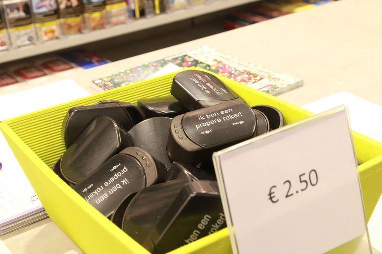 De zakasbakjes zijn voor 2,50 euro te koop.