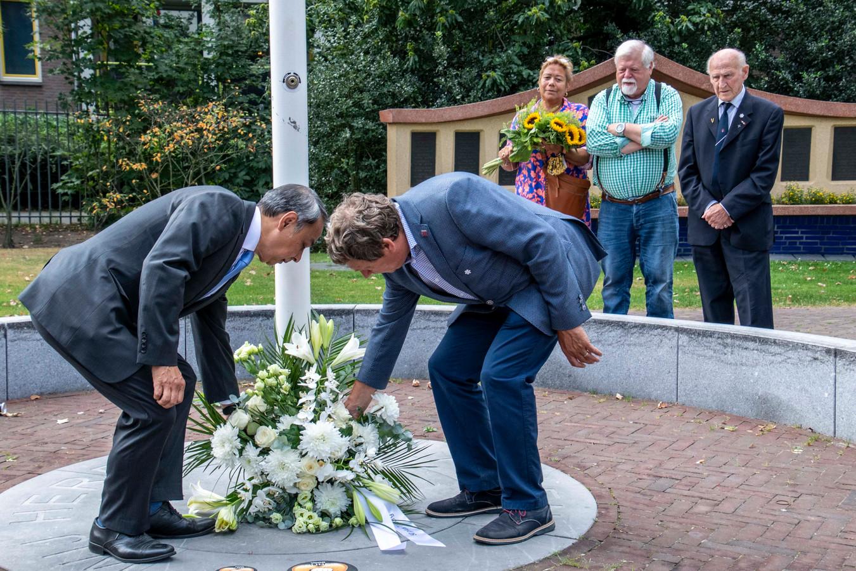 Humphrey Martherus en Henk van Tilborg leggen bloemen bij de herdenking van 75 jaar bevrijding van Nederlands-Indië in Tilburg.