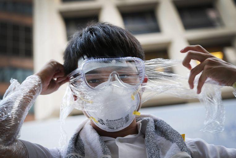 Betogers gebruiken ook duikbrillen en plasticfolie als bescherming tegen peperspray en traangas. Beeld ap