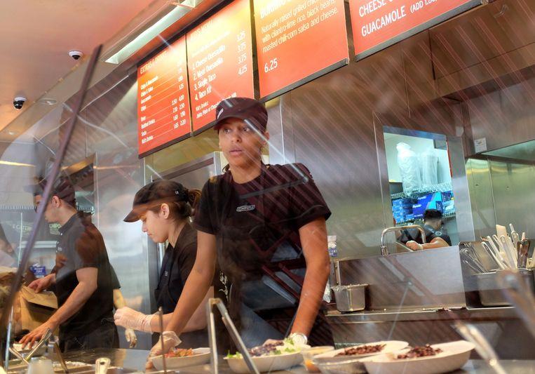 Bij Chipotle, dat in de VS groeit als kool, kunnen de klanten zelf hun taco samenstellen. Beeld afp