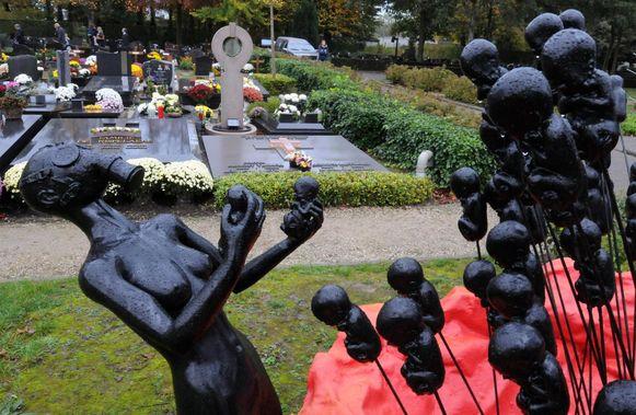 Op de begraafplaats trekt het kunstwerk onvermijdelijk de aandacht.