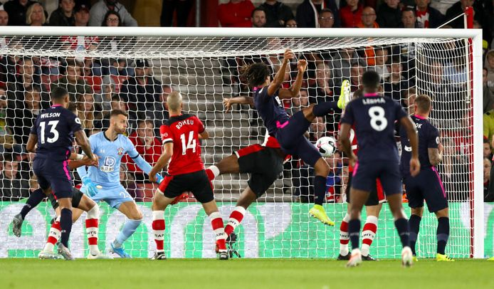 Nathan Aké kopt de 0-1 binnen.