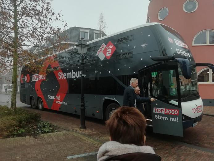 Top 2000 Stembus komt aan bij de Bethelkerk in Leerdam.