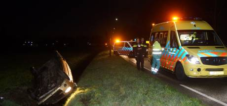 Auto in Dongen op de kop in de sloot terechtgekomen door gladheid