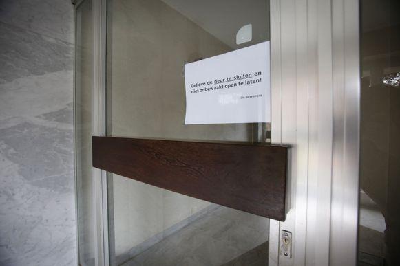 De deur naar de hal van het appartement dichthouden is een goede preventieve tip tegen inbrekers.