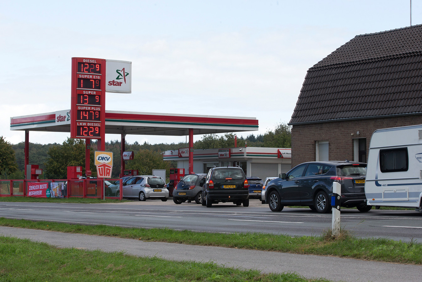 Drukte bij tankstation Star in het Duitse Elten.