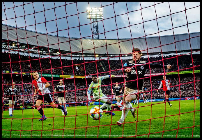 Dé dag dat Feyenoord Ajax met 6-2 vernederde in de Kuip tijdens de Klassieker. Jens Toornsta tekent hier voor de gelijkmaker, terwijl Lasse Schöne probeert de bal van de lijn te halen. Doelman André Onana kijkt verslagen om.
