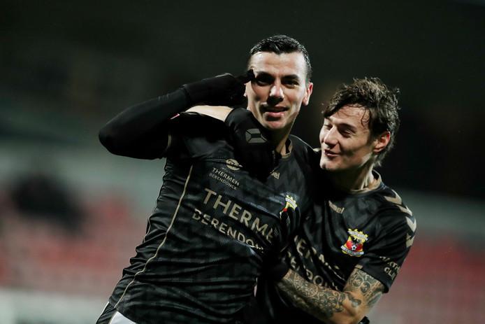 Antoine Rabillard (l) heeft Go Ahead Eagles op 0-1 gezet. Adrian Edqvist feest mee.