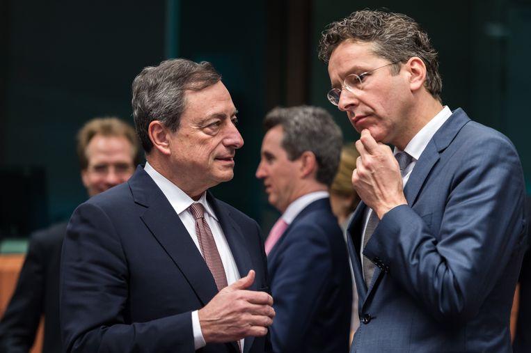 Minister van financiën Jeroen Dijsselbloem, hier in gesprek met Europese Bankpresident Mario Draghi, tijdens een overleg van de Eurogroep op 9 maart. Beeld AP