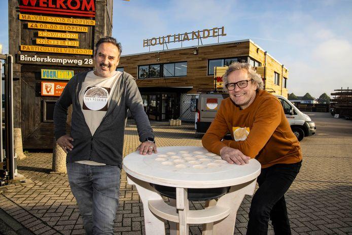 Eric van de Pas, rechts en Erik Sommerdijk. Groot geworden met decors voor festivals, nu hebben ze ook houthandel van Nyhout.