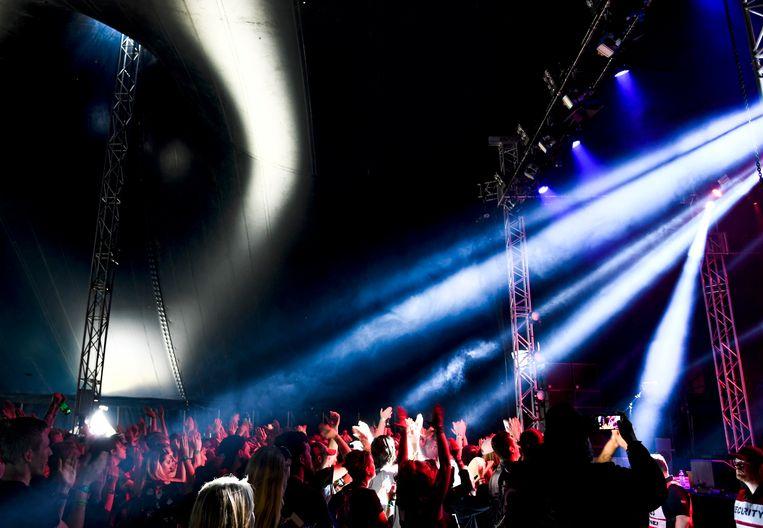Dansend publiek tijdens het Bråvalla festival in Zweden.  Beeld AP