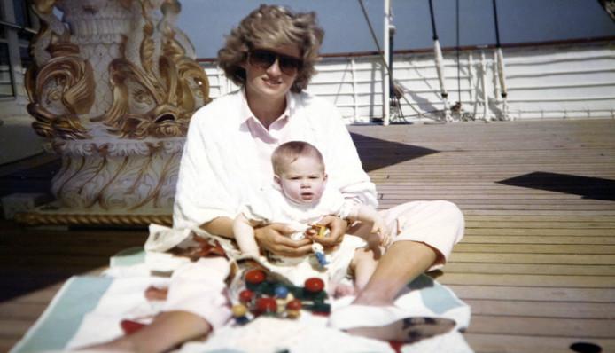 Diana met baby Harry