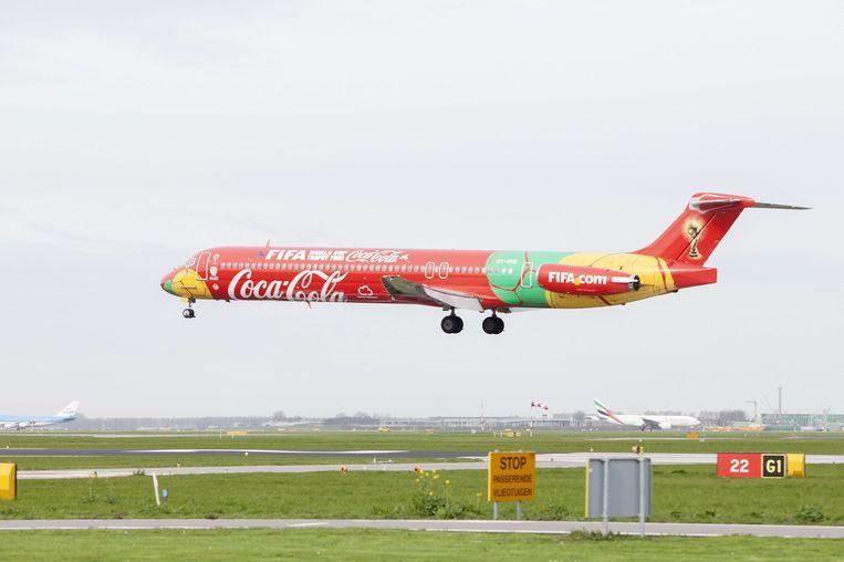 het vliegtuig van hoofdsponsor Coca-Cola waarmee de beker van het WK voetbal naar Brazilië werd gebracht. Beeld anp