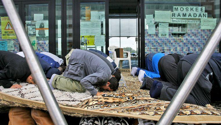 Moslims bidden in juli 2007 voor de kraakmoskee op straat. Foto ANP Beeld