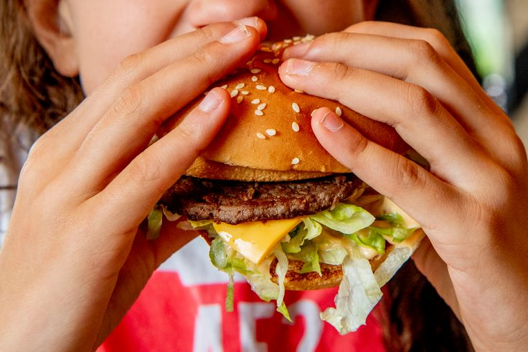 """Een op twee Belgen is te zwaar en bij 33 procent is sprake van echt overgewicht, zo blijkt uit cijfers van onderzoeksbureau iVOX. Een van de redenen: we blijven maar dooreten en -drinken, terwijl ons lichaam allang genoeg energie binnen heeft. Hoe let je dan op hoeveel je binnen krijgt? """"Of je voldaan bent, wordt veel meer bepaald door de textuur en smaak van het voedsel dan door calorieën of vetten."""""""