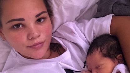 Britt (19) die onverwacht beviel en Egypte niet mocht verlaten 'omdat vader onbekend was', is met haar zoontje op weg naar Nederland