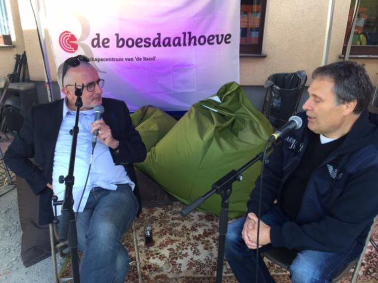 Presentator Eddy Van Caeneghem (rechts) in gesprek met Clouseau-oprichter Bob Savenberg.