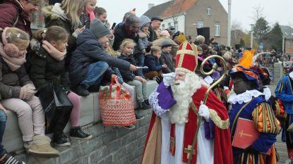 Sinterklaas en Zwarte Pieten brengen massa naar buiten