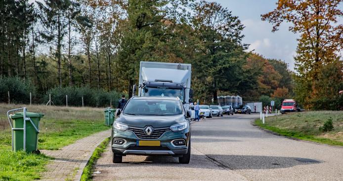 Vertrouwd beeld langs de A1: parkeerplaats Bruggelen staat vol met auto's van mannen die links achter het hek op zoek gaan naar een pleziertje.