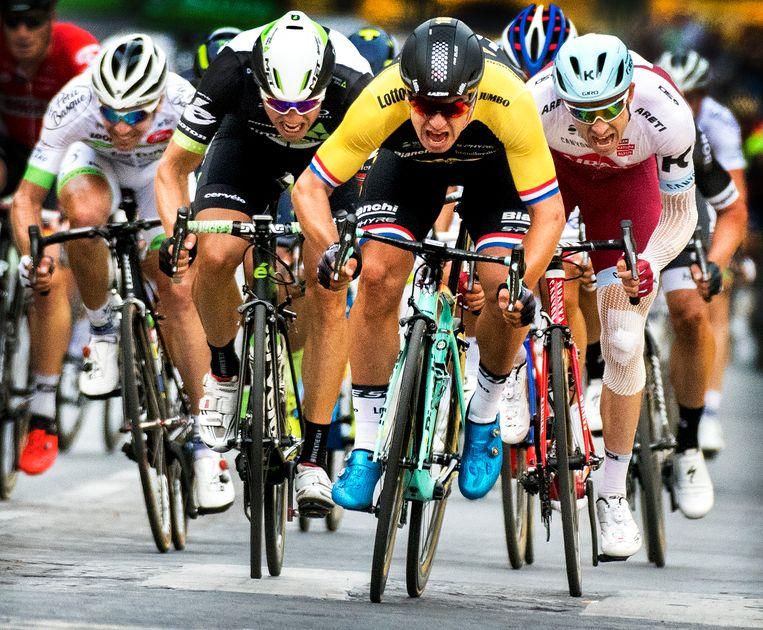 Dylan Groenewegen wint de sprint op de Champs-Elysees in 2017. Beeld Klaas Jan van der Weij