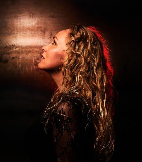 Voormalig Kamerlid Sabine Uitslag neemt tijdens coronacrisis nieuwe single in streektaal op