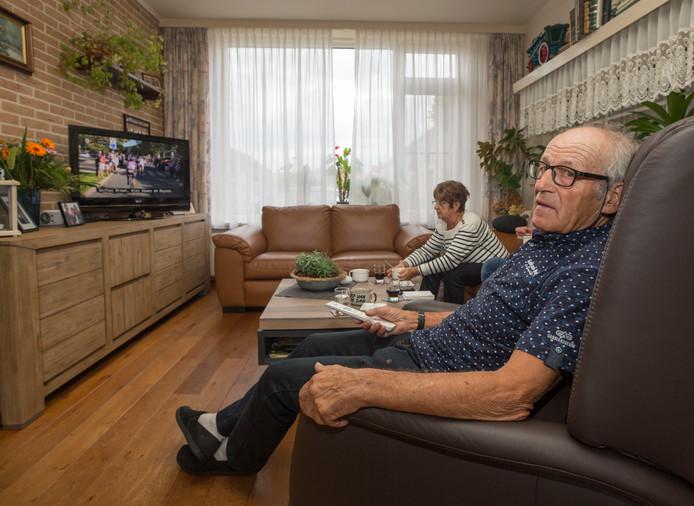 Ko Tolhoek en zijn vrouw Marijke in hun woonkamer, vanwaar ze de verrichtingen van hun kleinzoon Antwan in de Vuelta via de televisie volgden.