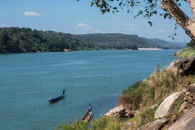 De Mekong-rivier kleurt blauwgroen in Laos.