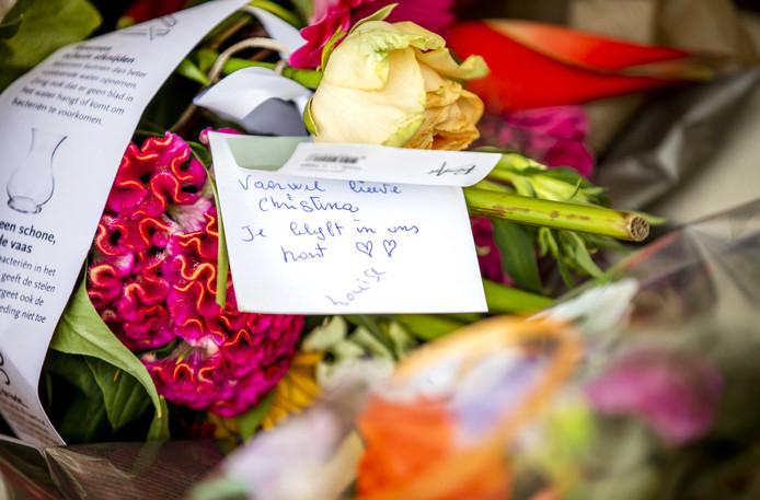 Bloemen voor prinses Christina bij de ingang van de paleistuin aan de achterkant van Paleis Noordeinde.