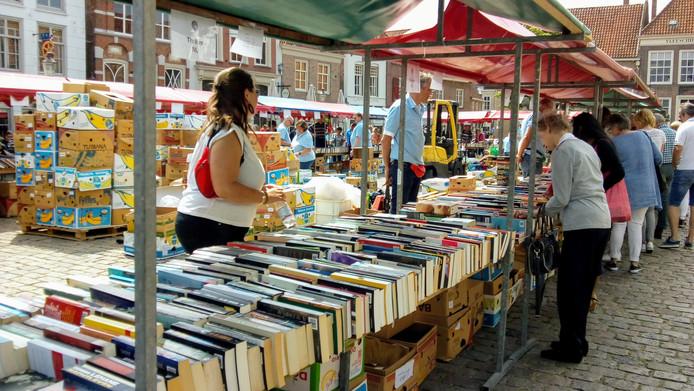 Zicht op een paar kramen van de boekenmarkt
