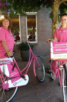 Wijkzusters op roze fietsen door Zierikzee