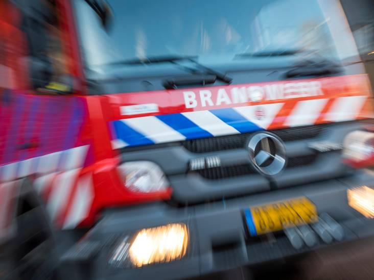 Vrachtwagen vol hooibalen in brand in Ommel: brandweer schaalt op