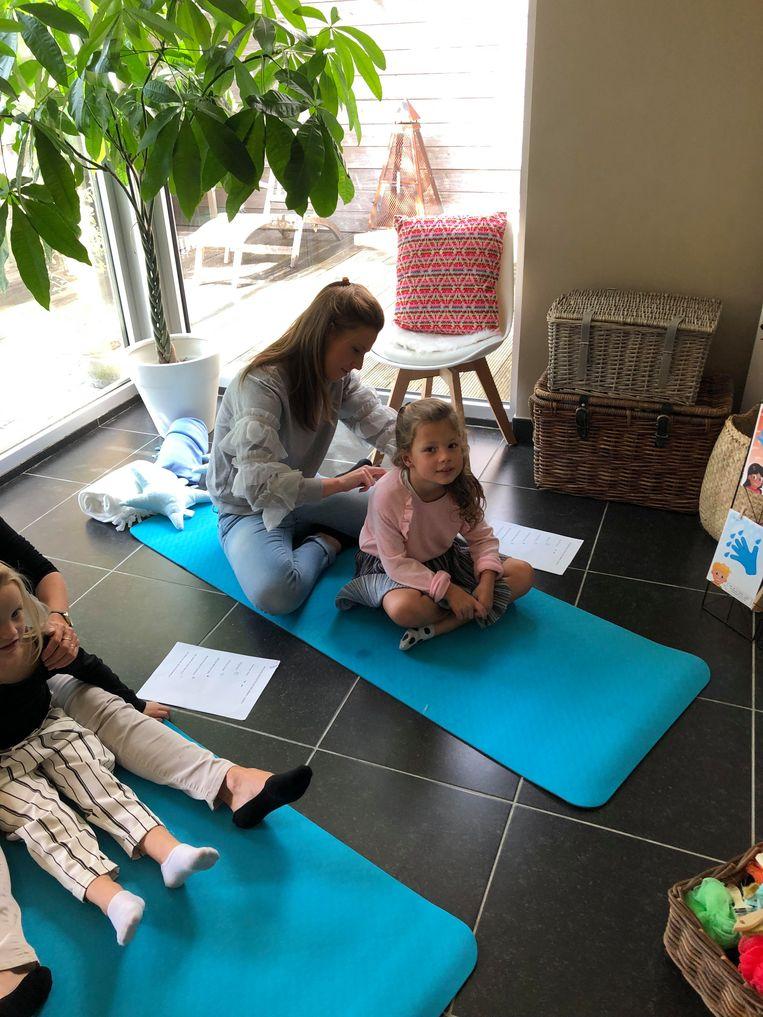 Mama en dochter in actie tijdens een Happy Kids Massage.