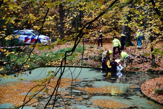 De brandweer aan het werk in het Arnhemse park Angerenstein na de vondst van een lichaam.