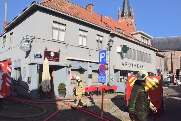 De brand ontstond aan de achterzijde van de apotheek, maar de bistro op de hoek liep waterschade op.