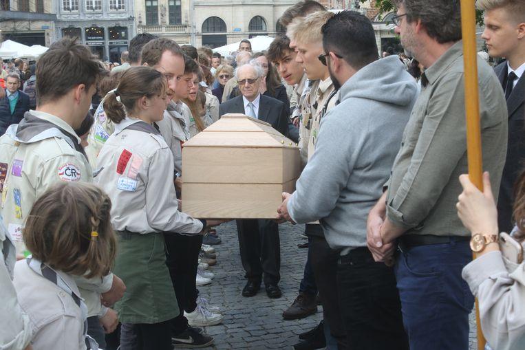Scouts Diependaal nemen in Leuven afscheid van Ijverige Bij. Gaby's man Jef achter de kist.