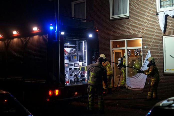 De brandweer ter plaatse bij de woning.
