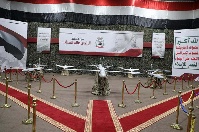 Drones die worden gebruikt door de Houthi's worden tentoongesteld door de rebellenbeweging.