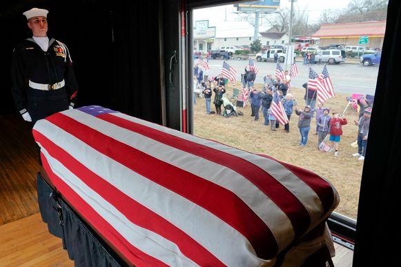 De trein komt aan bij College Station, Texas, waar de president wordt begraven bij zijn vrouw en overleden dochter Robyn.