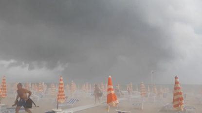 Italië krijgt te maken met zwaar stormweer: strandgangers rennen voor hun leven