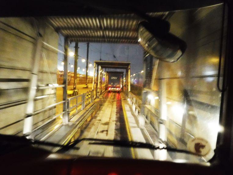 Overeems truck rijdt van de trein af. Beeld Romana Abels