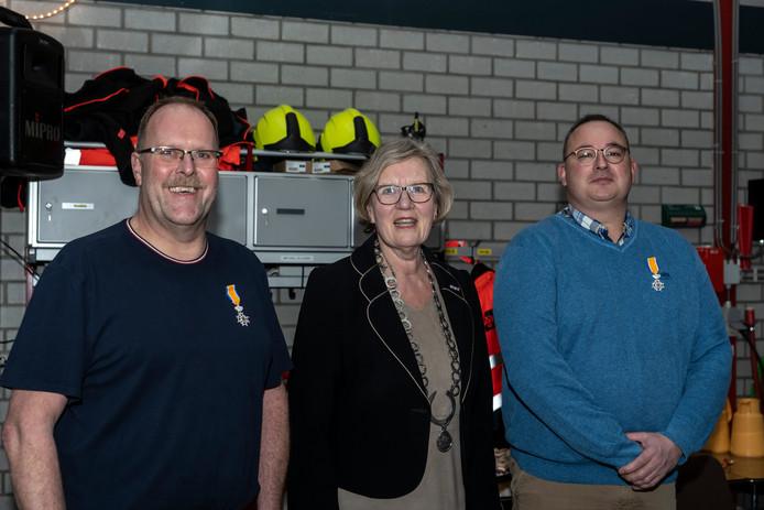 Burgemeester Letty Demmers (midden) met de onderscheiden voormalige brandweermannen Sjaak Tange (links) en Mart Geelhoed (rechts).